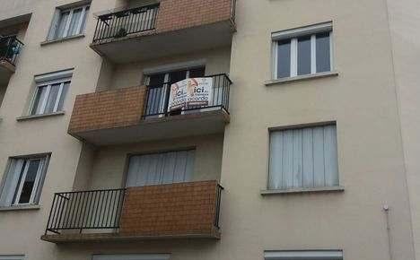 Travaux de rénovation dans cet appartement de Nantes. Les travaux se composent essentiellement de rénovation de peinture, de la réfection complète de l'installation d'électricité, de travaux de plâtrerie pour une rénovation complète avant emménagement de cet appartement.