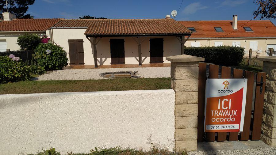 Pose de panneau de démarrage des travaux d'extension et rénovation complète d'une maison à Préfailles près de Pornic