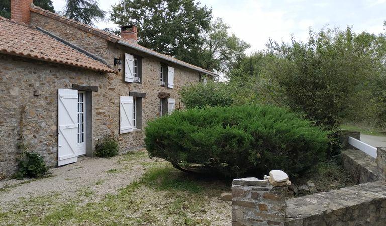 Estimatif du montant des travaux de rénovation complète des huisseries d'une maison à Couëron.