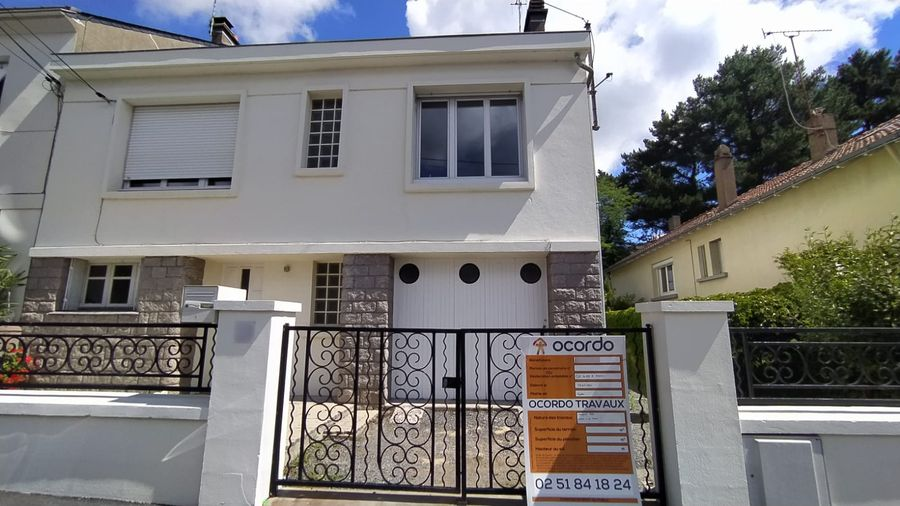 Nouveau panneau de chantier pour le démarrage des travaux de rénovation d'une maison à Nantes